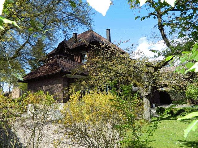 Rückansicht der Großzügigen Backsteinvilla in guter Lage von Alpen